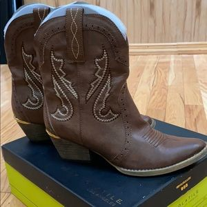 Very Volatile Boots size 8.5